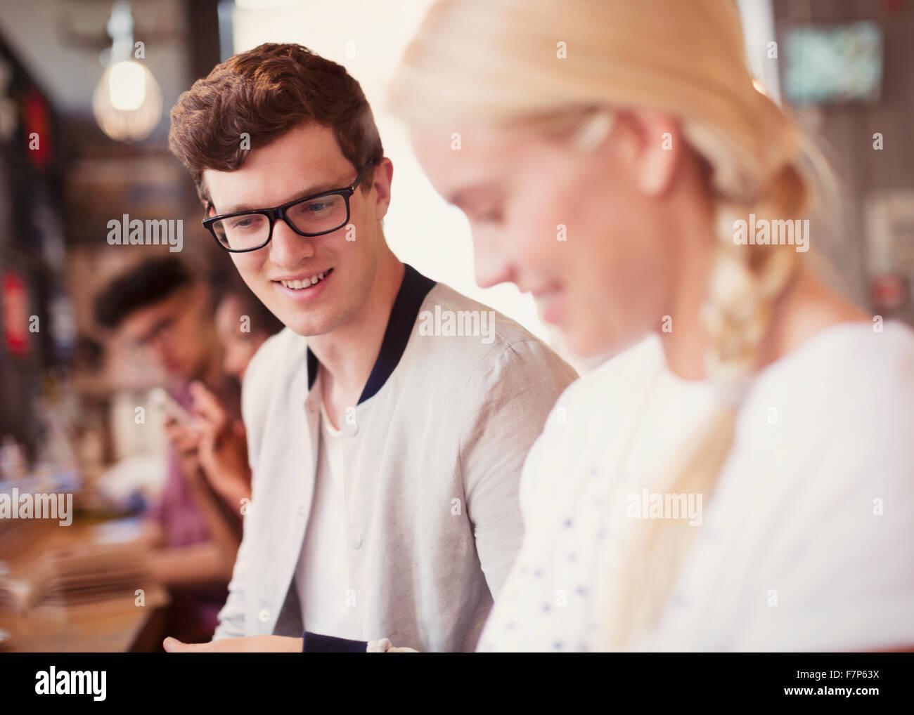 Freunde auf der Suche nach unten im café Stockfoto
