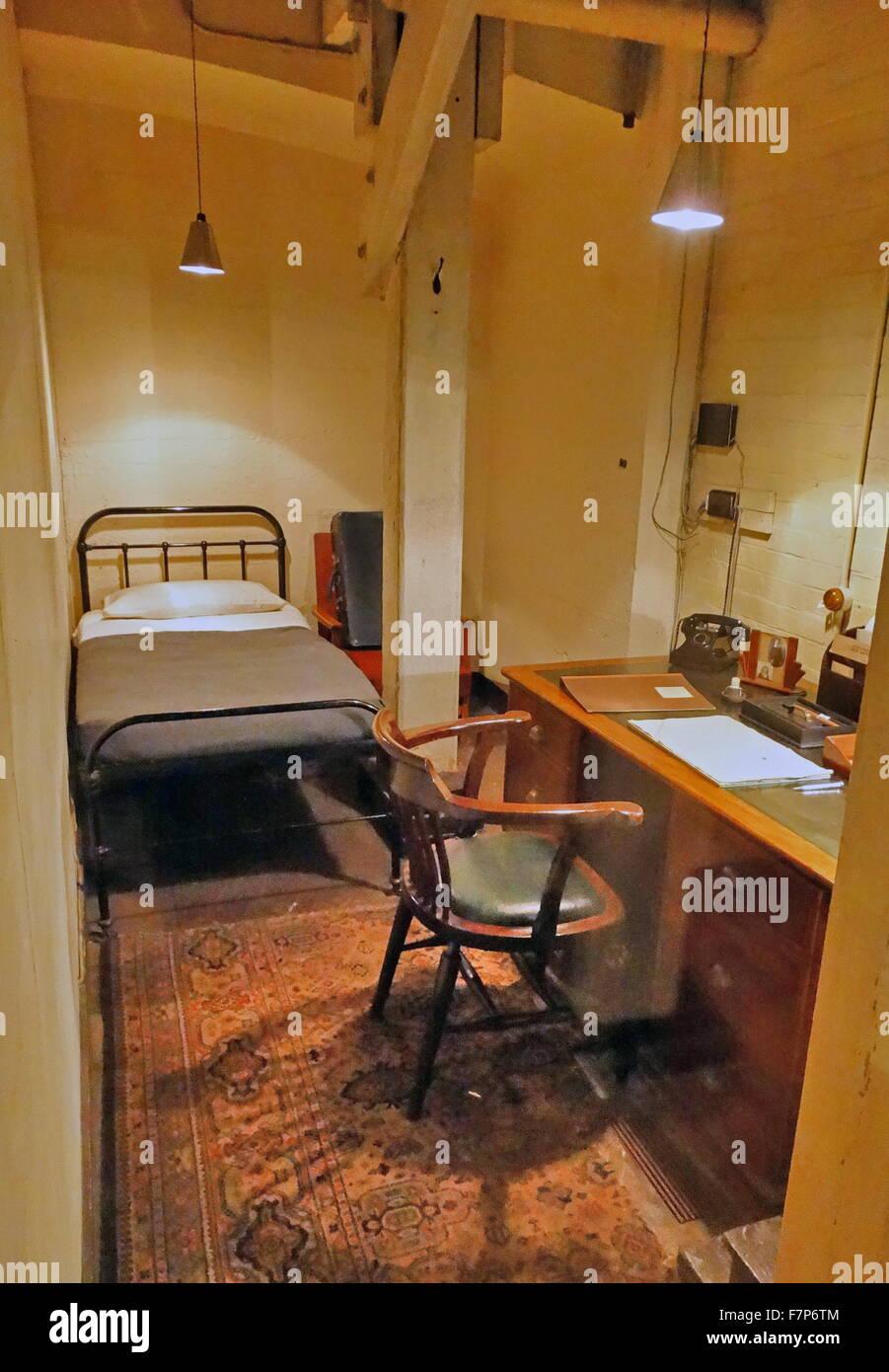 schlafzimmer mit schreibtisch und telefon im schrank krieg die zimmer bunker london england. Black Bedroom Furniture Sets. Home Design Ideas
