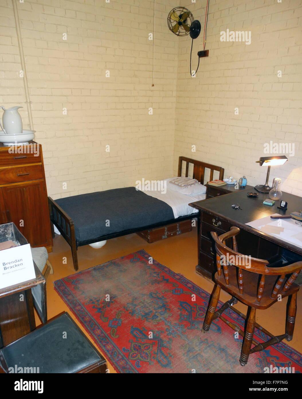 schreibtisch mit telefon im schrank krieg die zimmer. Black Bedroom Furniture Sets. Home Design Ideas