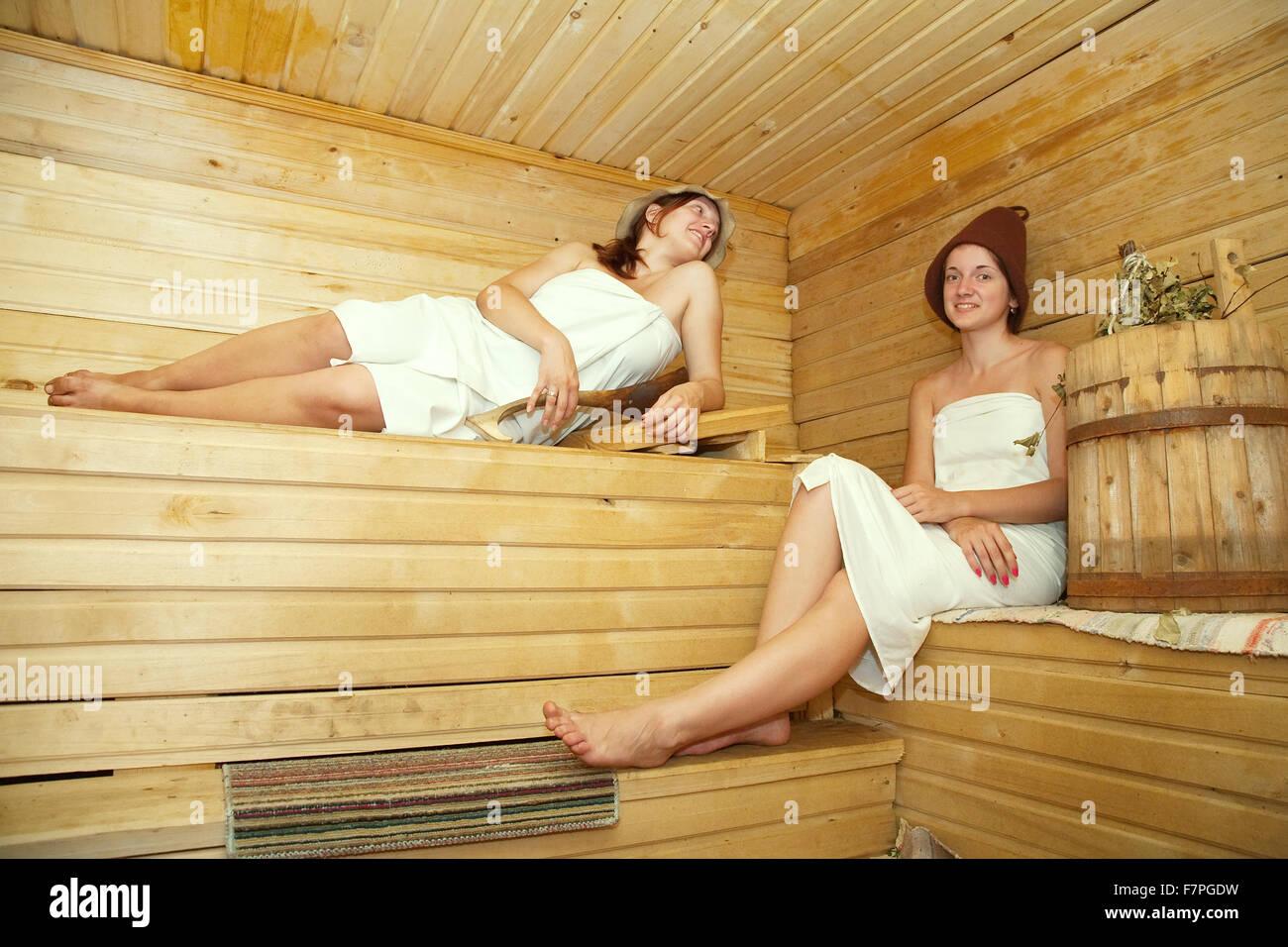 Schön Sauna Bilder Das Beste Von Junge Frauen Ist Unter Dampf-bad Stockbild