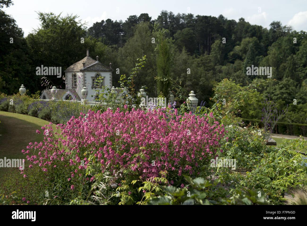 Ein Blick auf die Pin-Mühle über die Gärten im Juli bei Bodnant Garden, Clwyd, Wales. Erstellt von Stockbild