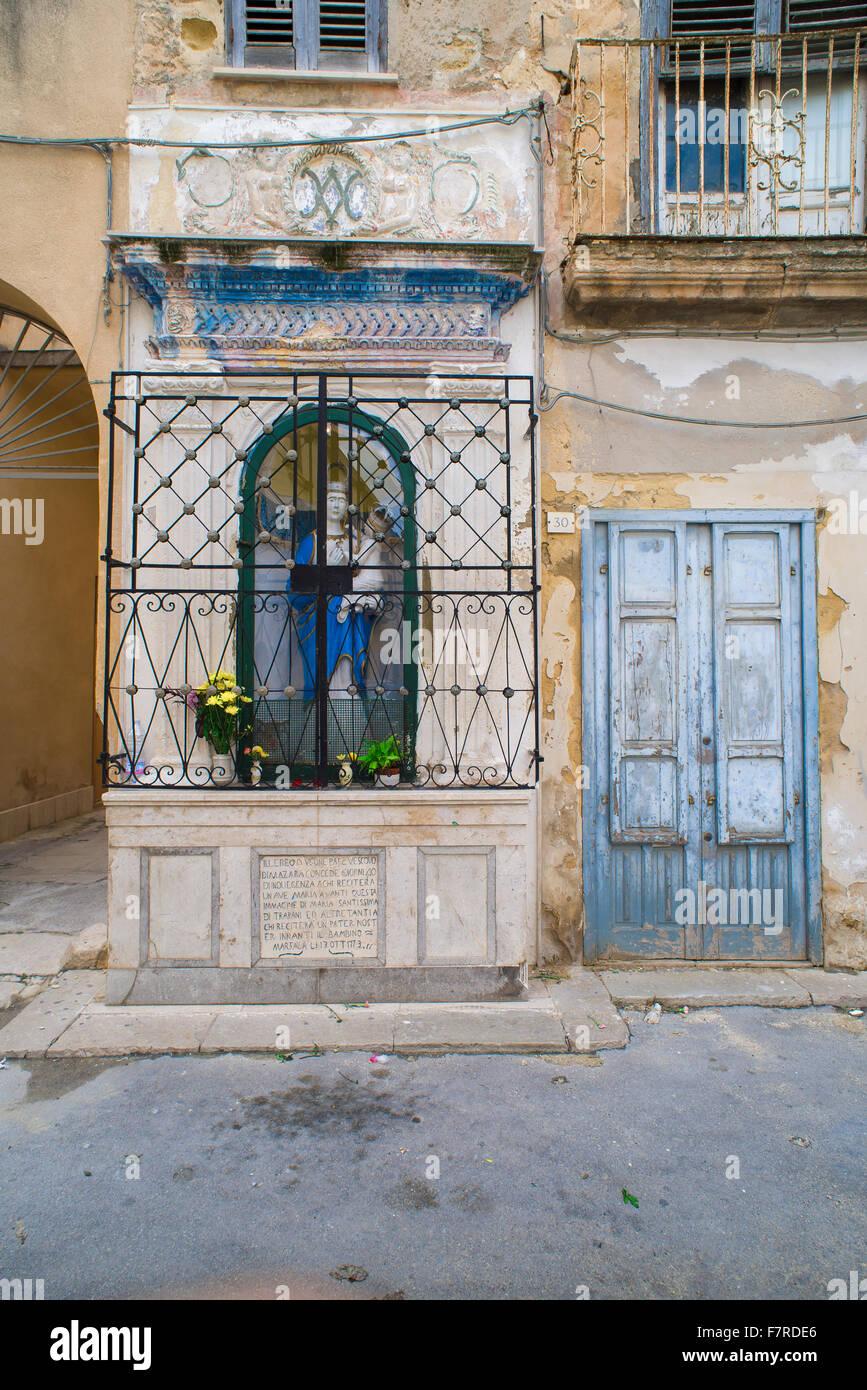 Schrein Italien, eine Nische mit einer Statue der Madonna in der Altstadt von Marsala, Sizilien. Stockbild