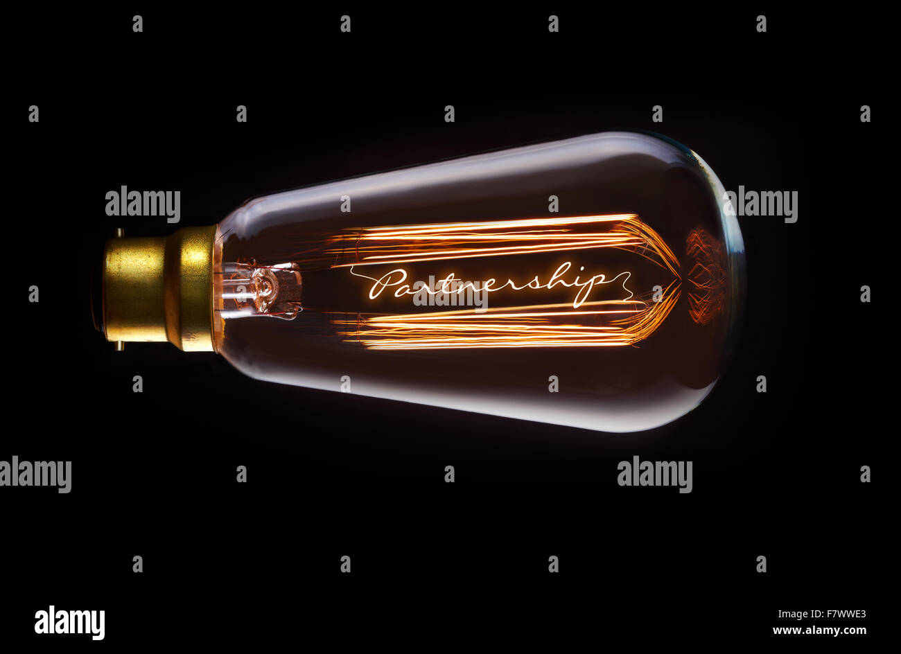 Das Konzept der Partnerschaft in einem Filament-Glühbirne. Stockfoto