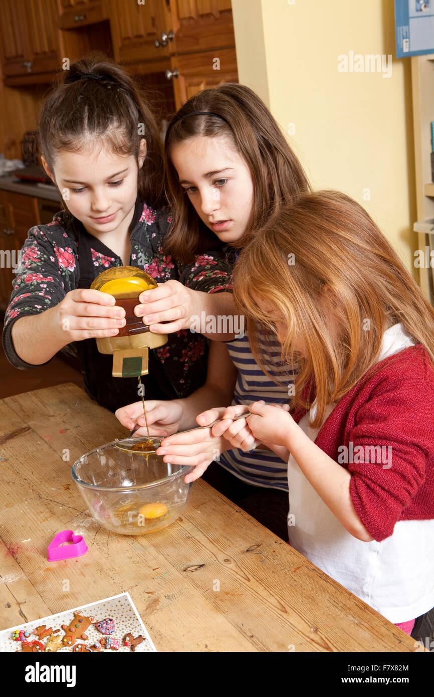 Quetschen den Sirup. Drei junge Schwestern arbeiten zusammen um ...