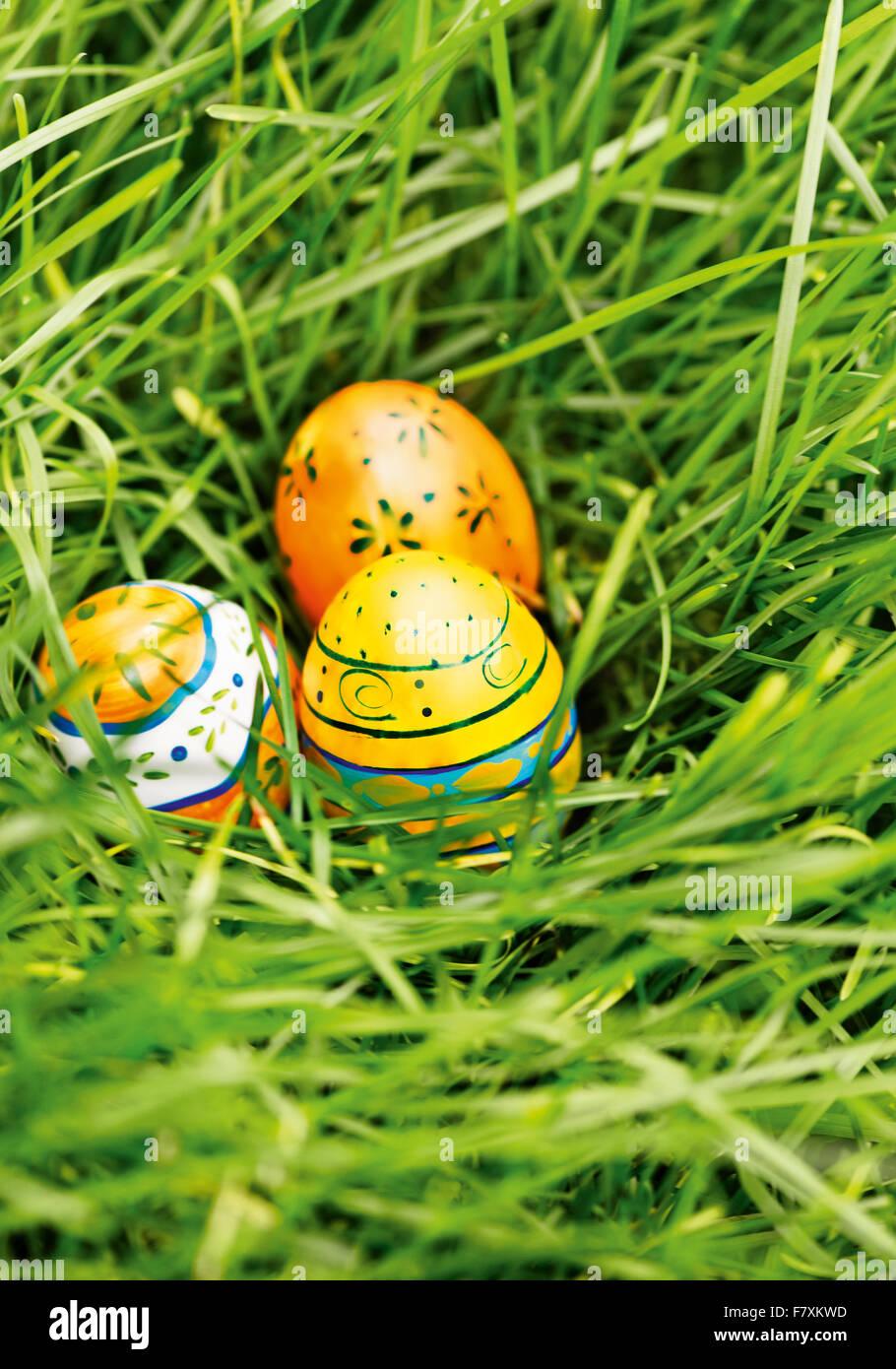 Drei Bunte Ostereier Im Grünen Gras Stockbild