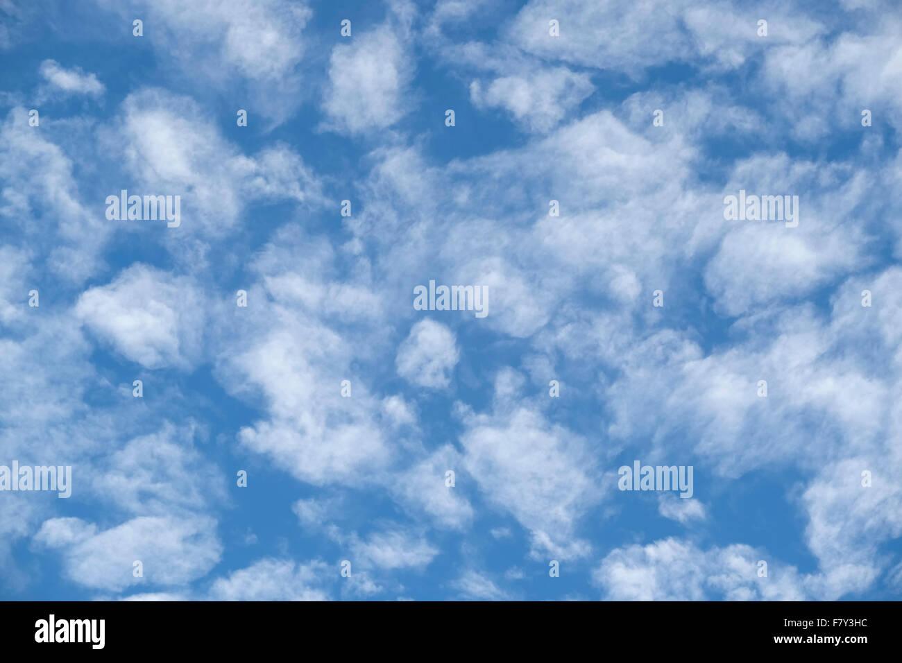 weiche dünne weiße Wolkenfetzen vor blauem Himmel. Eine weiche erholsamen Natur Bild. Stockbild