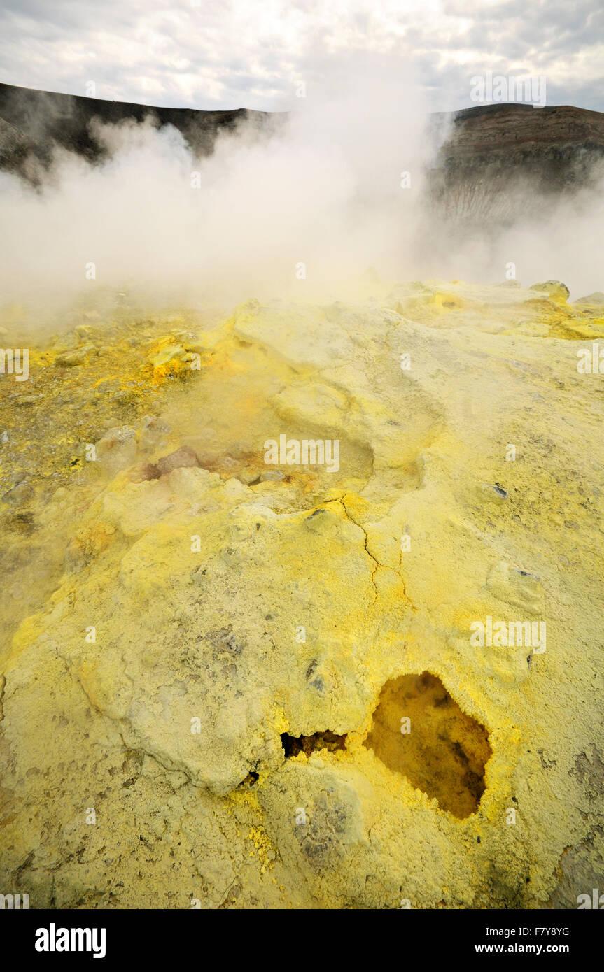 Schwefelhaltigen Fumarolen im Krater von Vulcano, Äolischen Inseln, Sizilien, Italien Stockbild