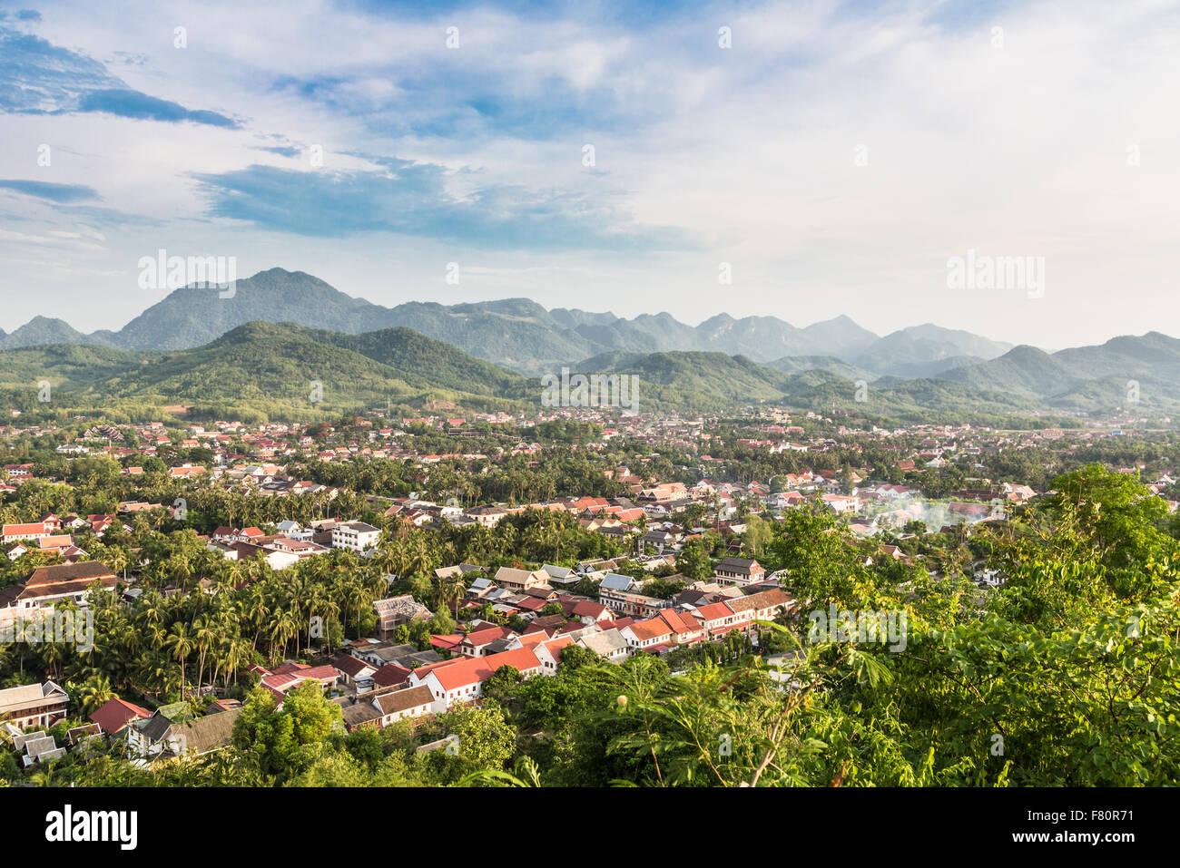 Eine Luftaufnahme von Luang Prabang in Laos. Die Stadt liegt entlang des Mekong-Flusses und ist eines der wichtigsten Stockbild