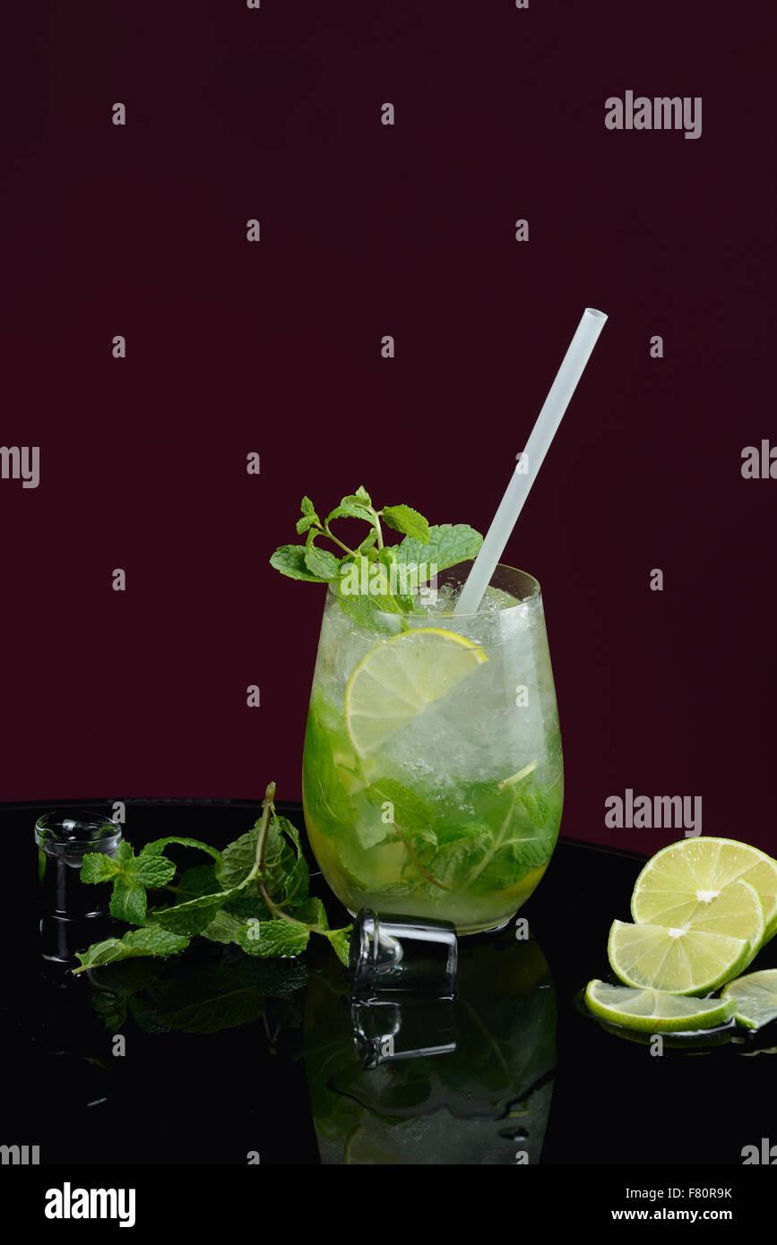 Mojito mit Limetten-Eis und Minze Stockbild