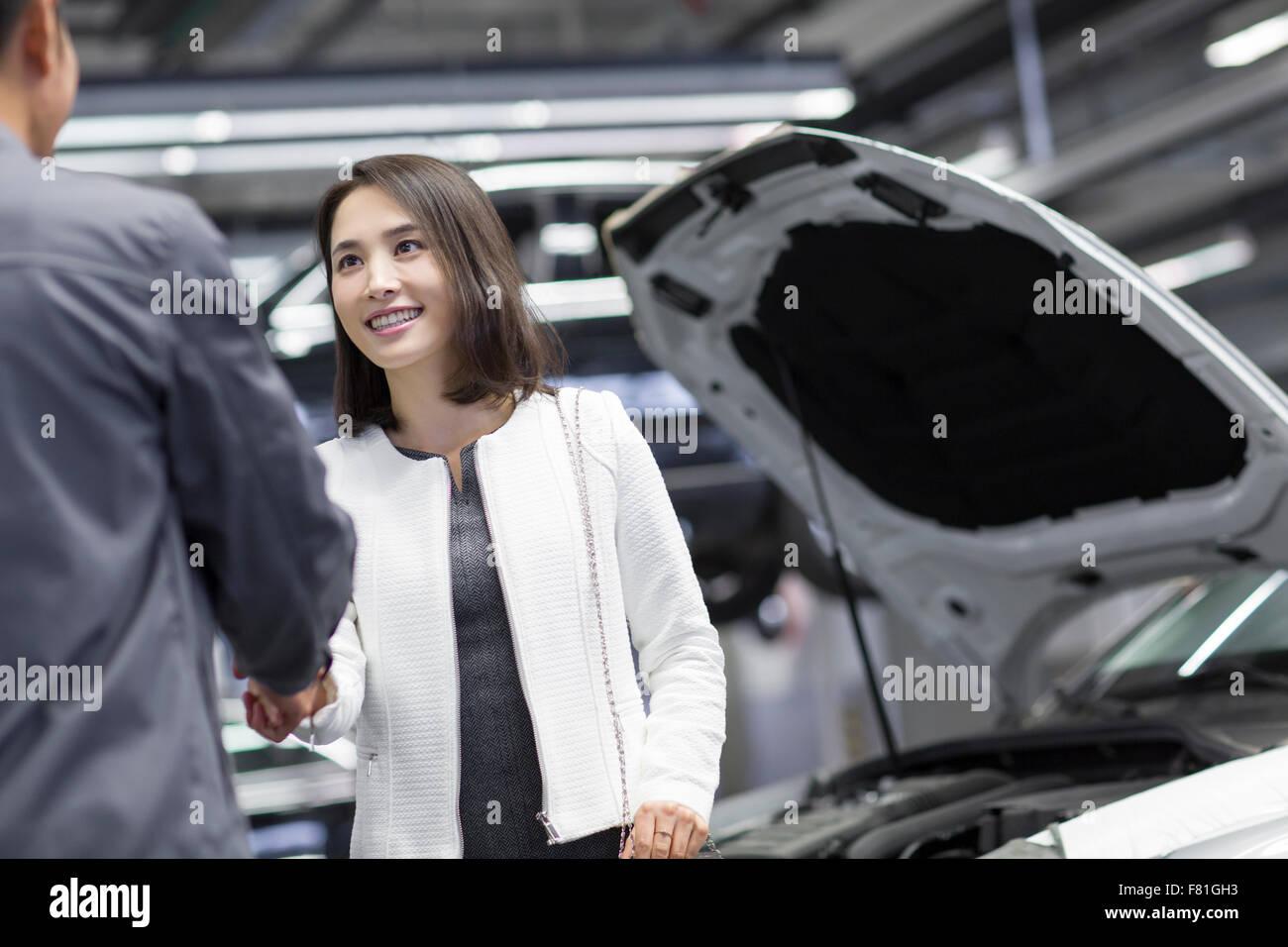 Auto-Mechaniker und Auto-Besitzer Händeschütteln Stockfoto, Bild ...