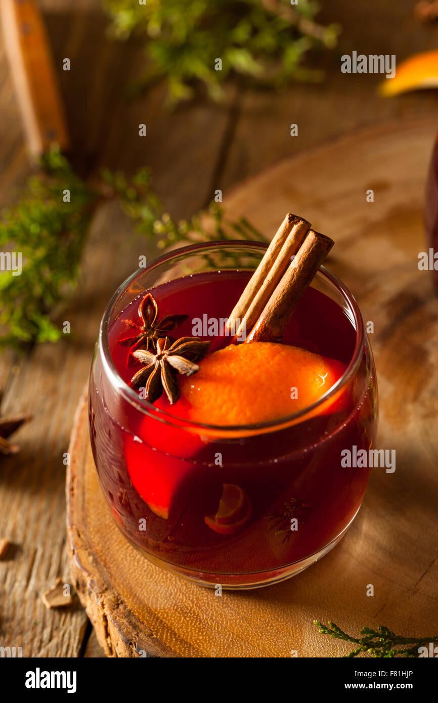 Würzigen Glühwein mit Orangen für den Urlaub Stockbild