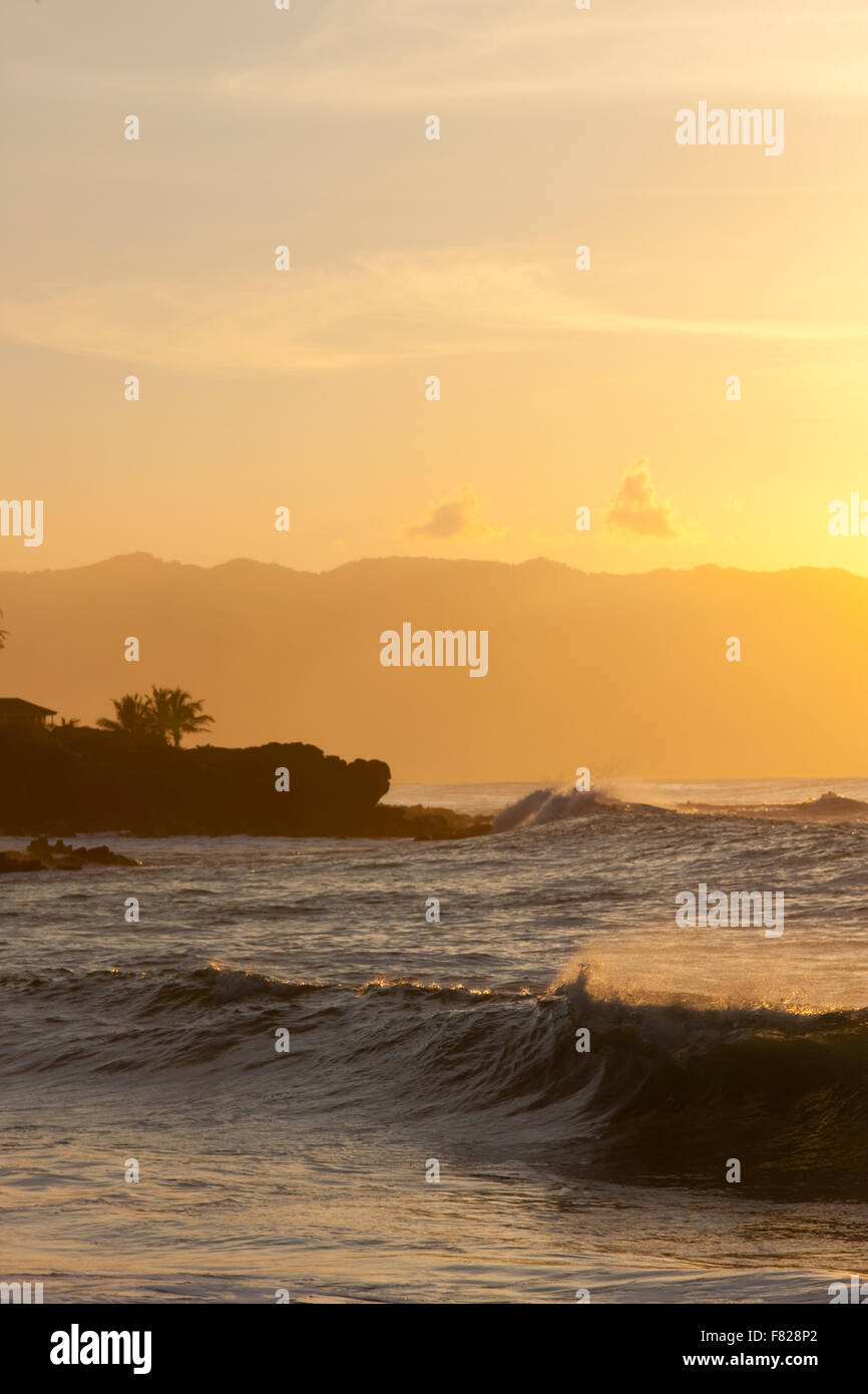 Surfen Sie bei Sonnenuntergang Stockbild
