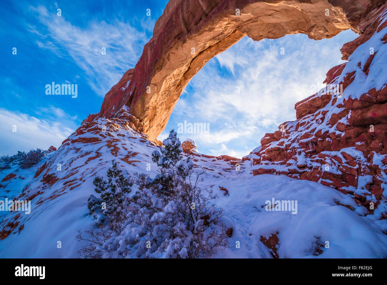 "Verschneite Sonnenuntergang am Fenster ""Norden"" Arches National Park, Utah Windows Abschnitt Stockbild"