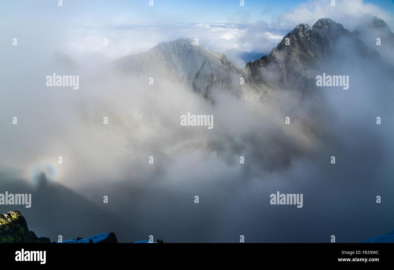 Brocken Gespenst im Tatra-Gebirge über Wolken - Panorama Stockfoto