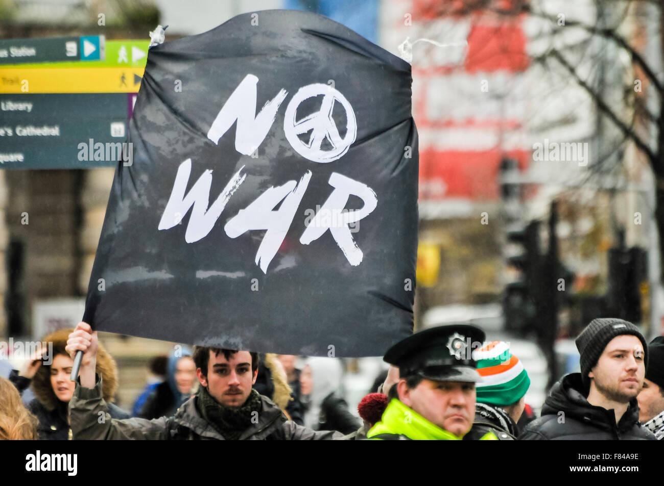 """Belfast, Nordirland. 5. Dezember 2015 - ein Mann hält ein transparent """"No War"""" (mit der CND-Symbol) Stockbild"""