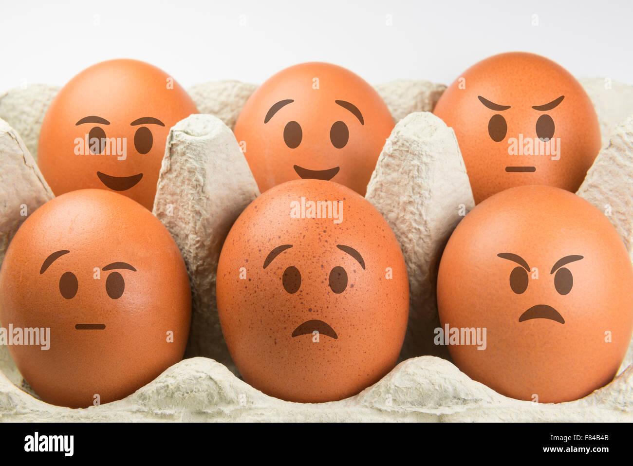Eiern mit Gesichtern und verschiedenen Ausdrucksformen Stockbild