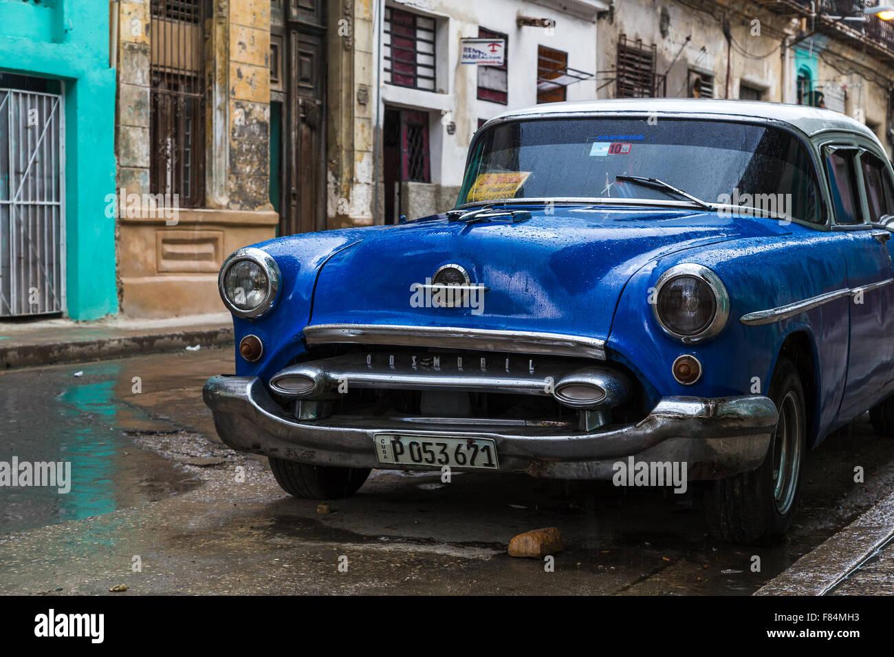 Ich sah dieses schöne dunkele blaue klassische Auto auf der Straße in Havanna Centro & fand ein Bild Stockbild