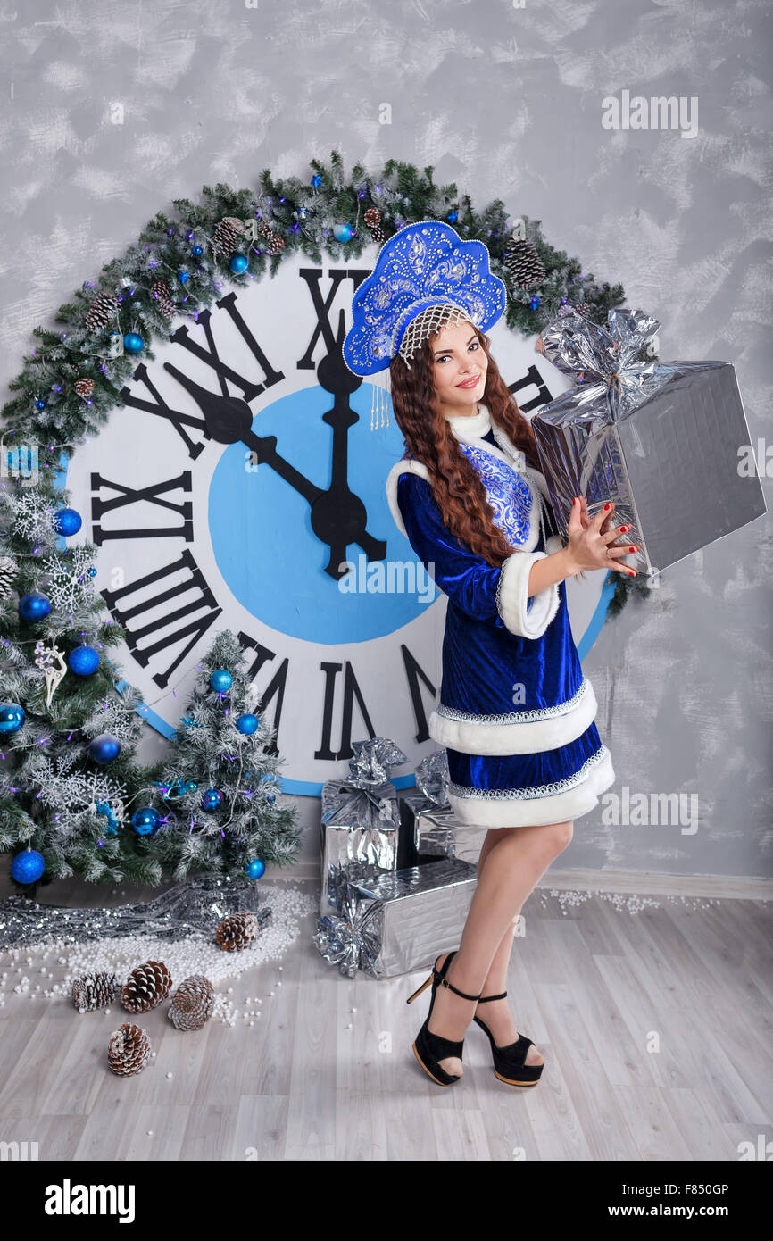 Hübsches Mädchen gekleidet als Schneewittchen hält ein großes ...
