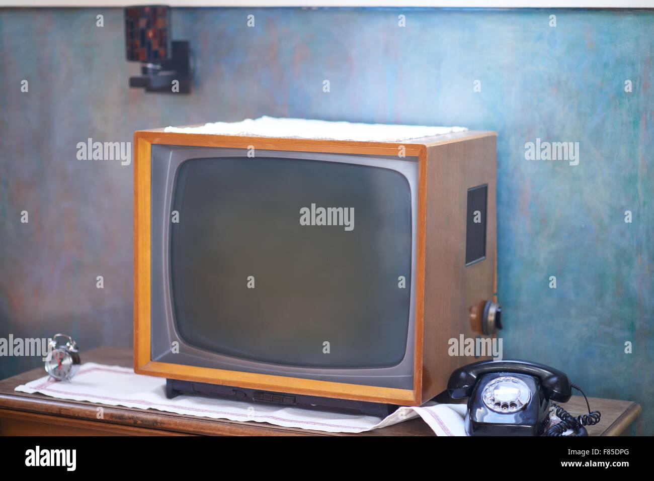 Vintage Retro look Wohnzimmer Detail. Fernseher, Telefon und Uhr auf ...