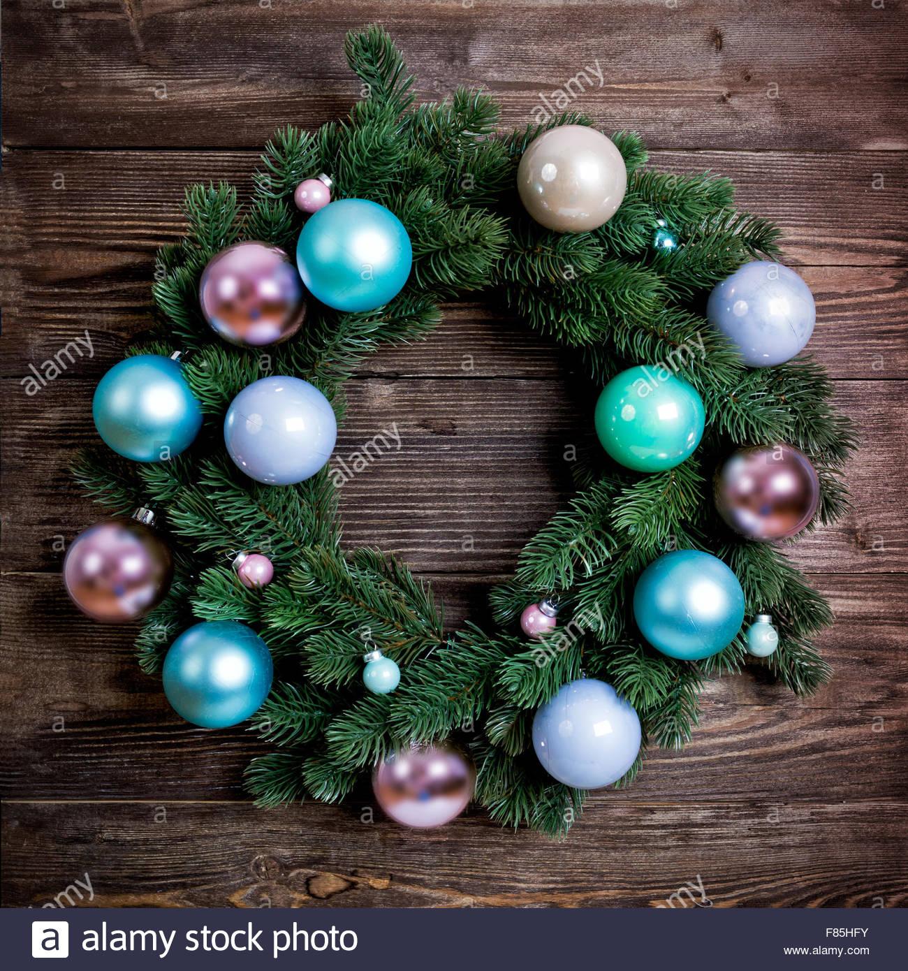 advent adventskranz mit rosa und blauen kugeln auf h lzerne t r dekoration stockfoto bild. Black Bedroom Furniture Sets. Home Design Ideas