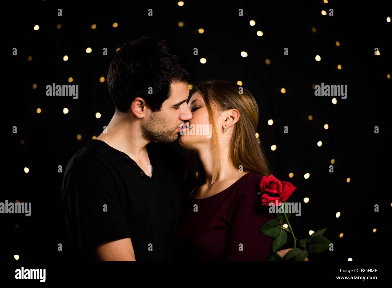 Schwarzer Mann und Frau küssen