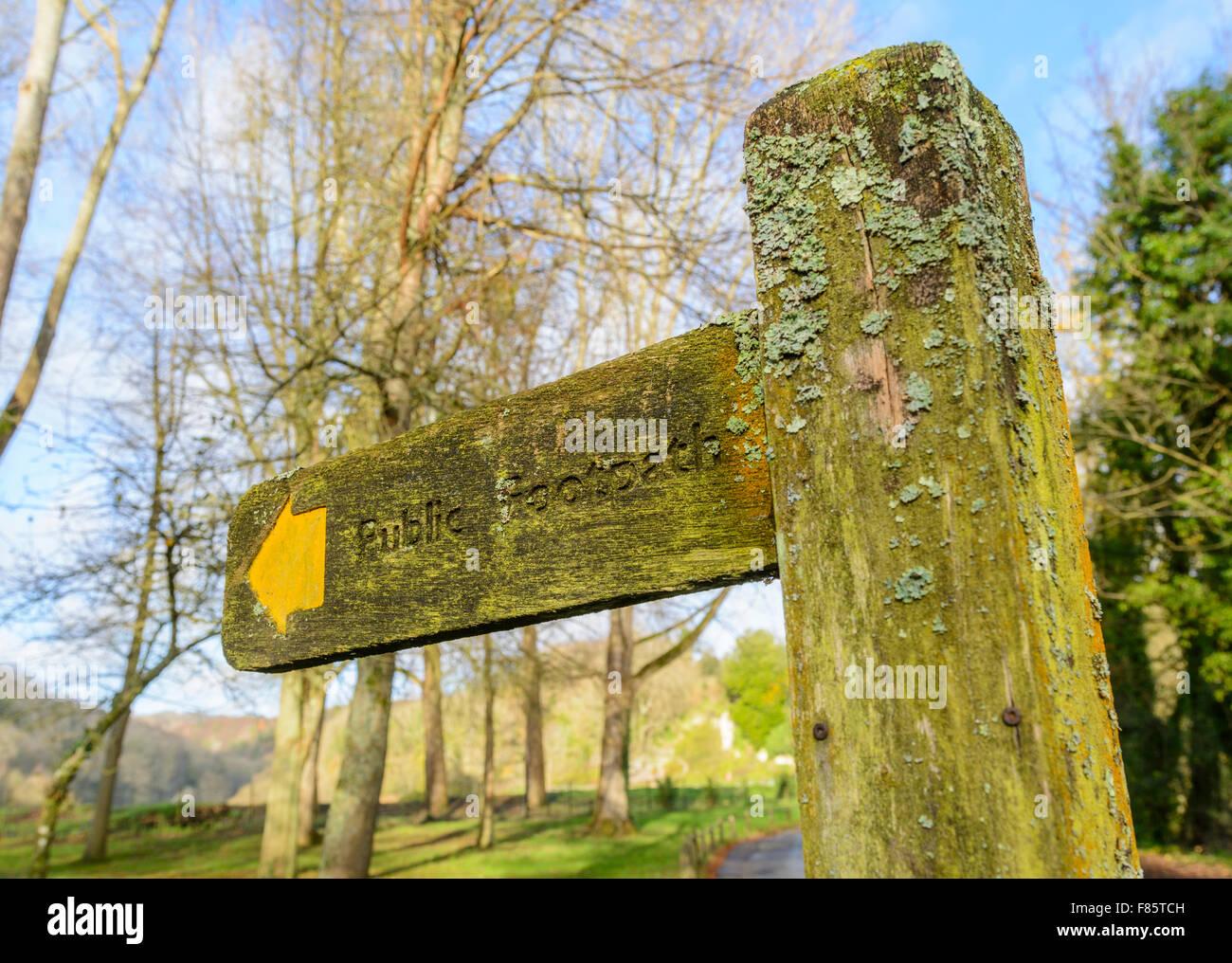 Öffentlichen Fußweg finger Post im Winter in Großbritannien. Stockbild