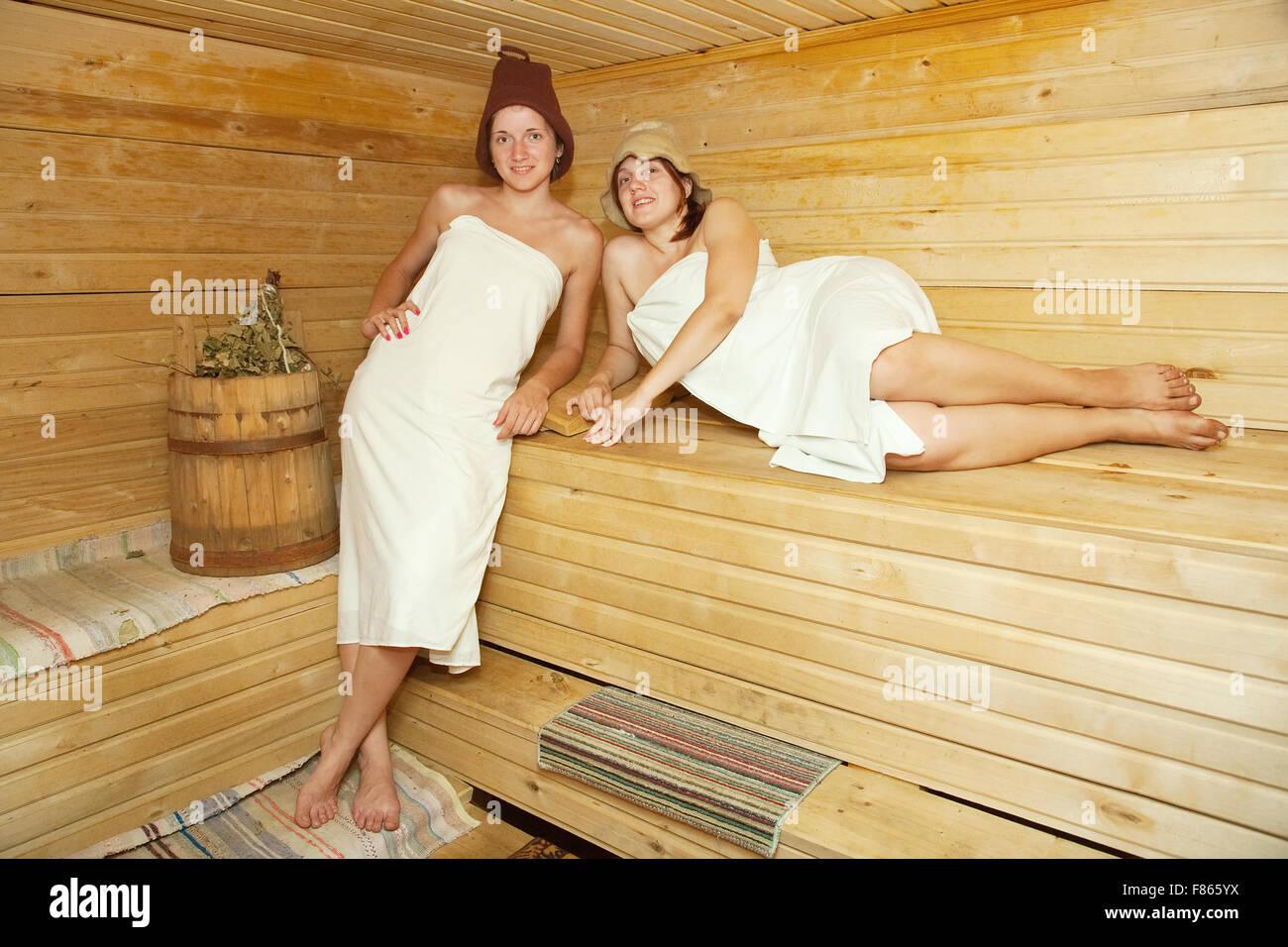 Einzigartig Sauna Bilder Dekoration Von Junge Frauen Ist Unter Dampf-bad Stockbild