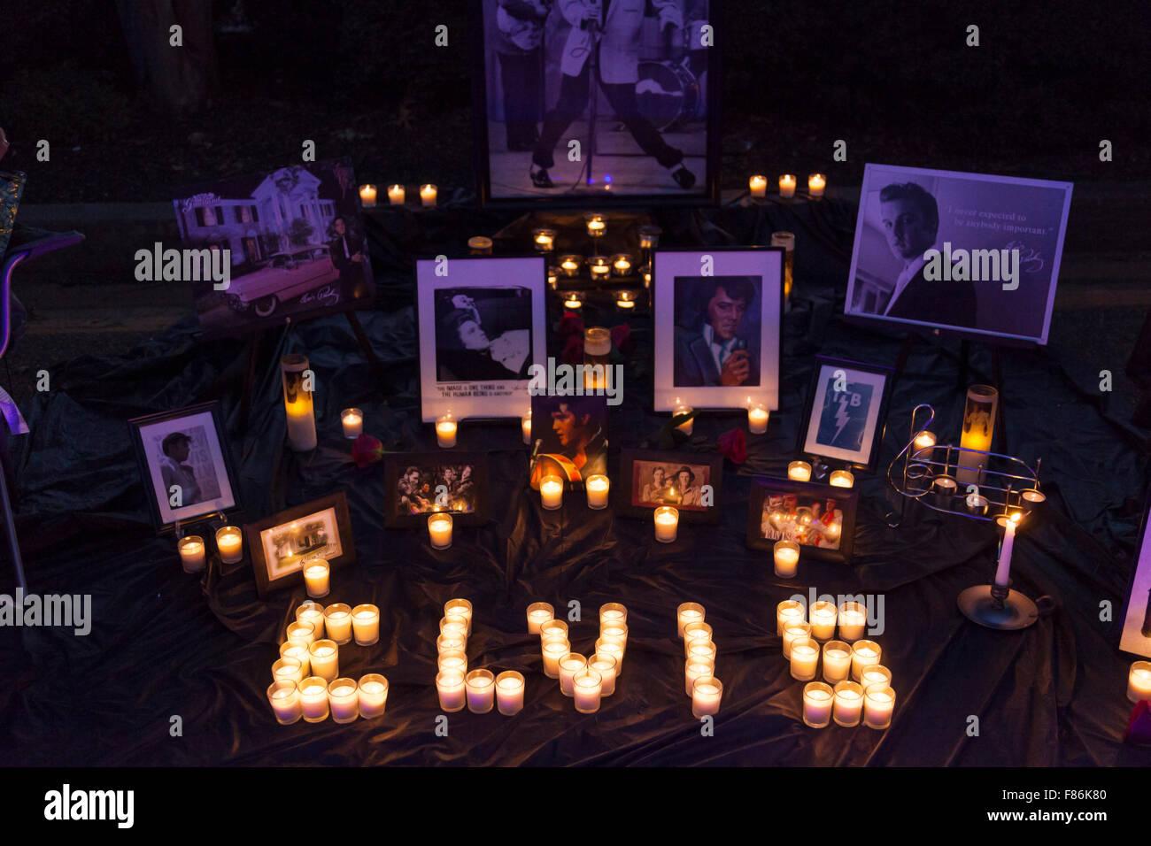 Nachtwache bei Elvis Woche, Graceland, Memphis, Tennessee, USA Stockbild
