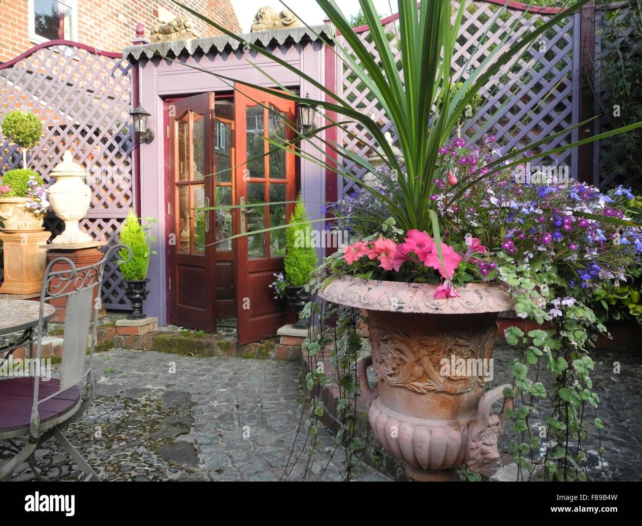 Spiegel Im Garten gitter und gefälschte tür mit spiegel im garten stockfoto bild