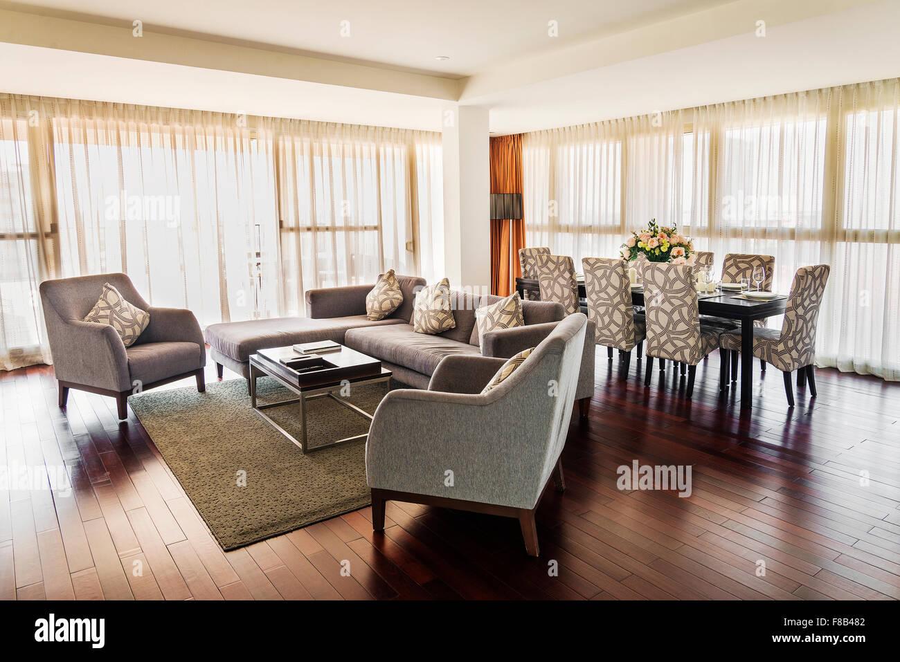 Großes Wohnzimmer Mit Essecke In Modernes Penthouse