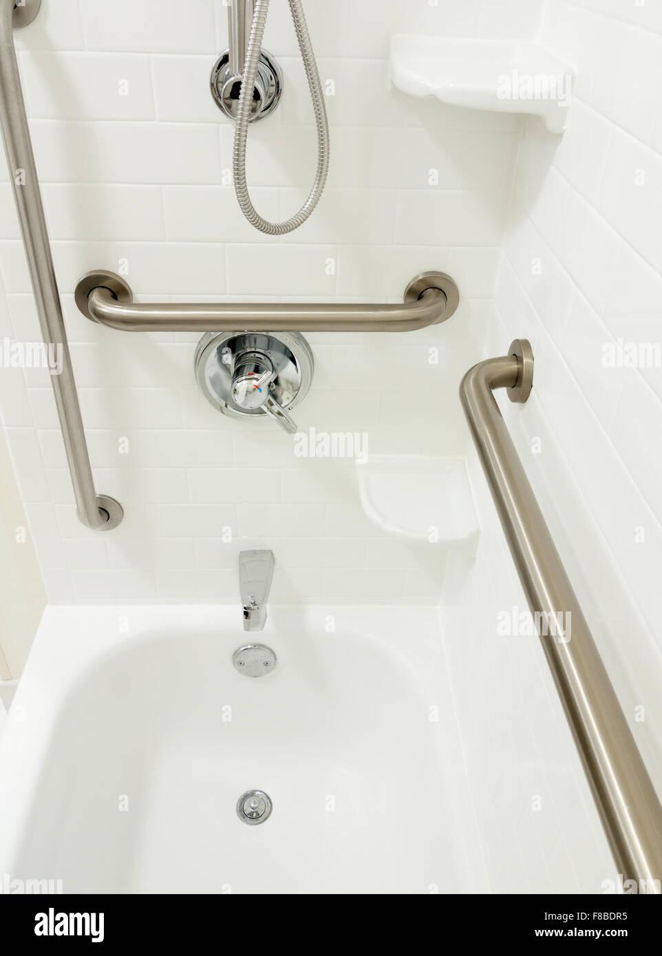 Behinderten Behinderte Dusche Badewanne mit Haltegriffe Stockbild