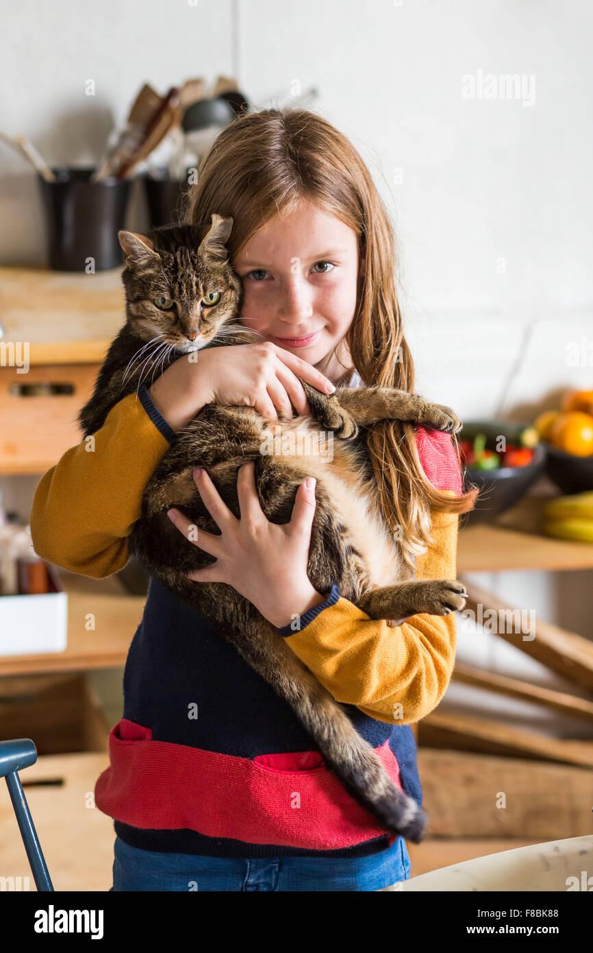 9 Jahre altes Mädchen mit einer Katze. Stockbild