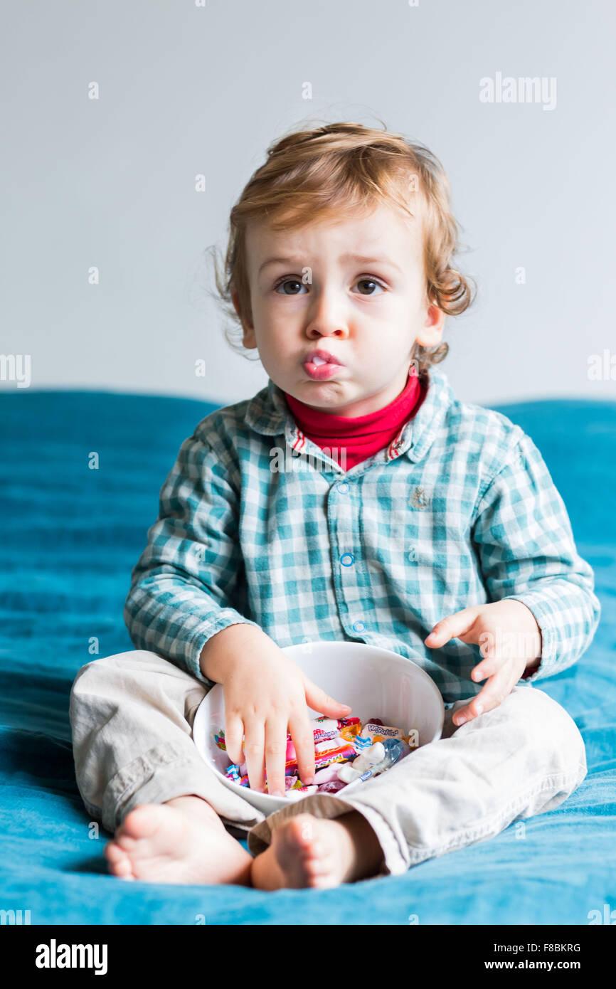 2 jähriger Junge Essen zuckerhaltigen Süßigkeiten. Stockbild