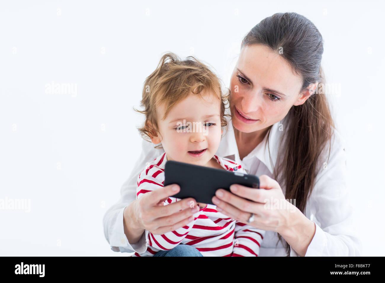 2 jähriger Junge mit Handy. Stockbild