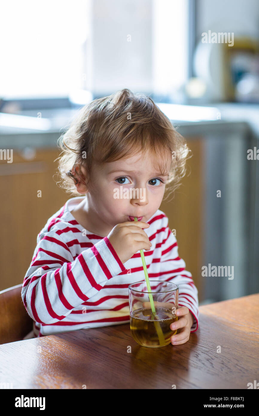 2 jähriger Junge Fruchtsaft zu trinken. Stockbild