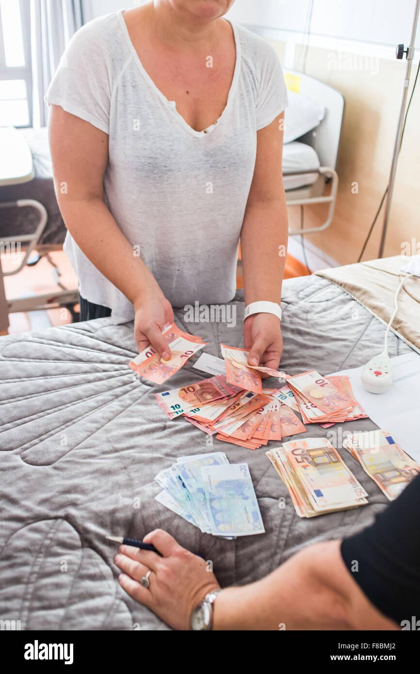 Frau in bar bezahlen, Schönheitsoperationen im Ausland. Stockbild
