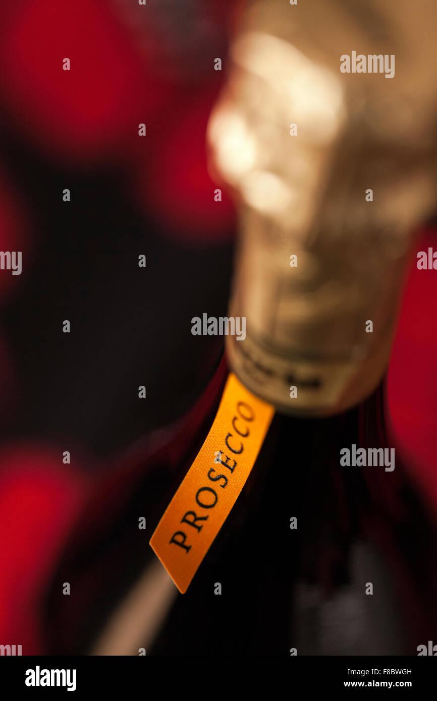 Detail des Labels und Hals einer Flasche italienischen Prosecco Wein hautnah. Stockbild