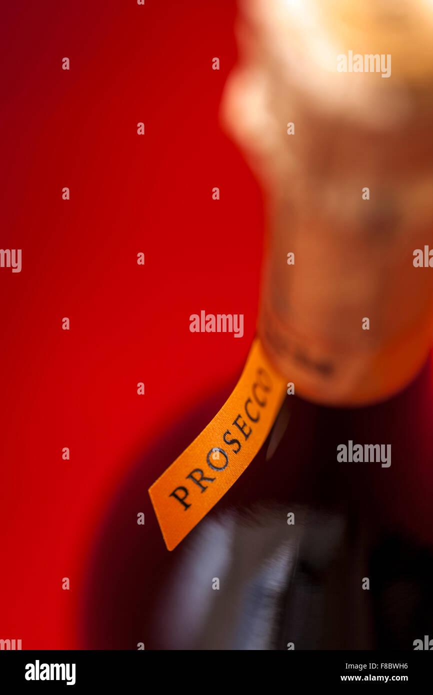 Detail des Labels und Hals einer Flasche italienischen Prosecco Sekt hautnah. Stockbild