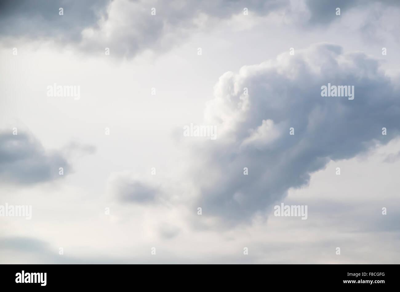 Wolken vor einem weißen Himmel Stockfoto