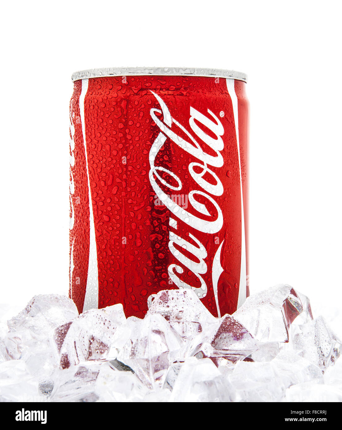 dose coca cola auf einem bett aus eis ber einem wei en. Black Bedroom Furniture Sets. Home Design Ideas