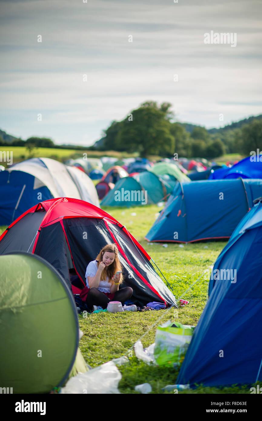 Junge Mädchen im Teenageralter amüsieren sich auf dem Jugend-Campingplatz (Maes B) an das National Eisteddfod Stockbild
