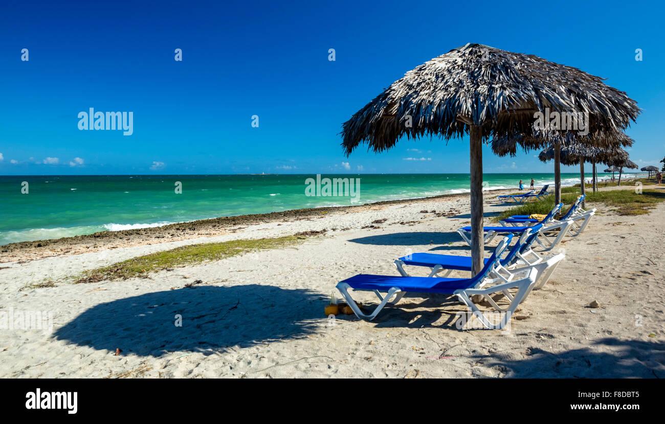 kostenlose Liegestühle, Sonnenschirme Palmwedel, morgen Strand Hotel Paradisus Varadero Resort SPA Varadero, Stockbild