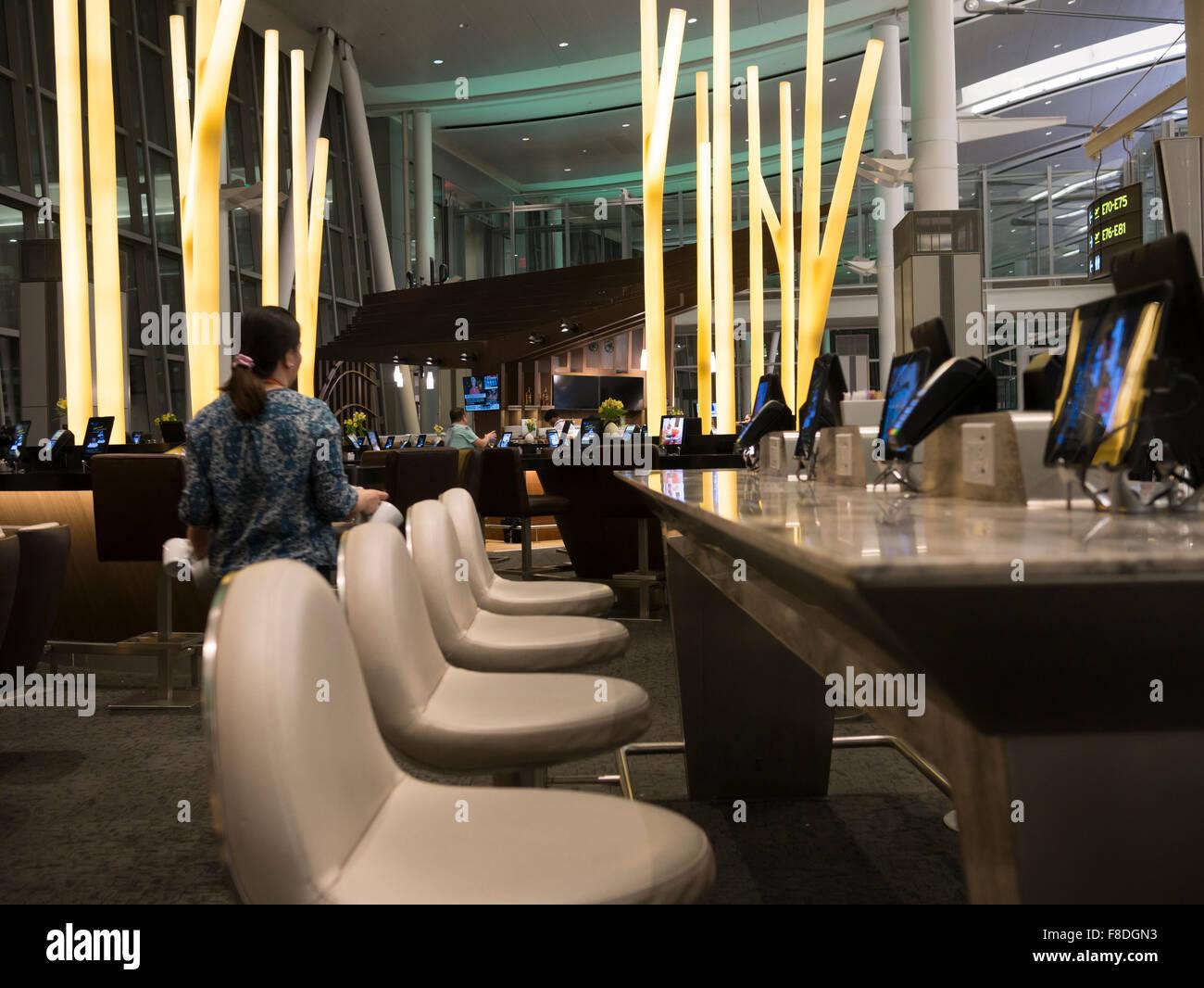 Toronto international Flughafen Terminal 1 Abflug-Lounge-Food-Court; Modern und Esstische mit Tablets und iPads Stockfoto