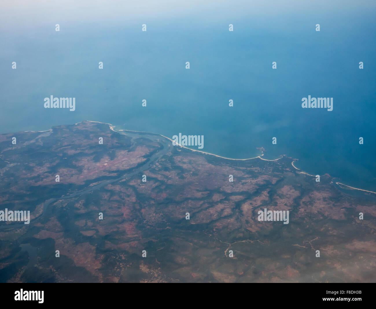 538d54b67623 Luftaufnahme der indischen Westküste von einem Flugzeug während des Fluges  zwischen Bangalore und Dubai. Stockbild