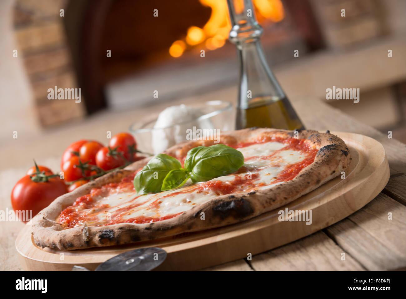 Holzofen gebacken italienische Pizza margherita Stockbild