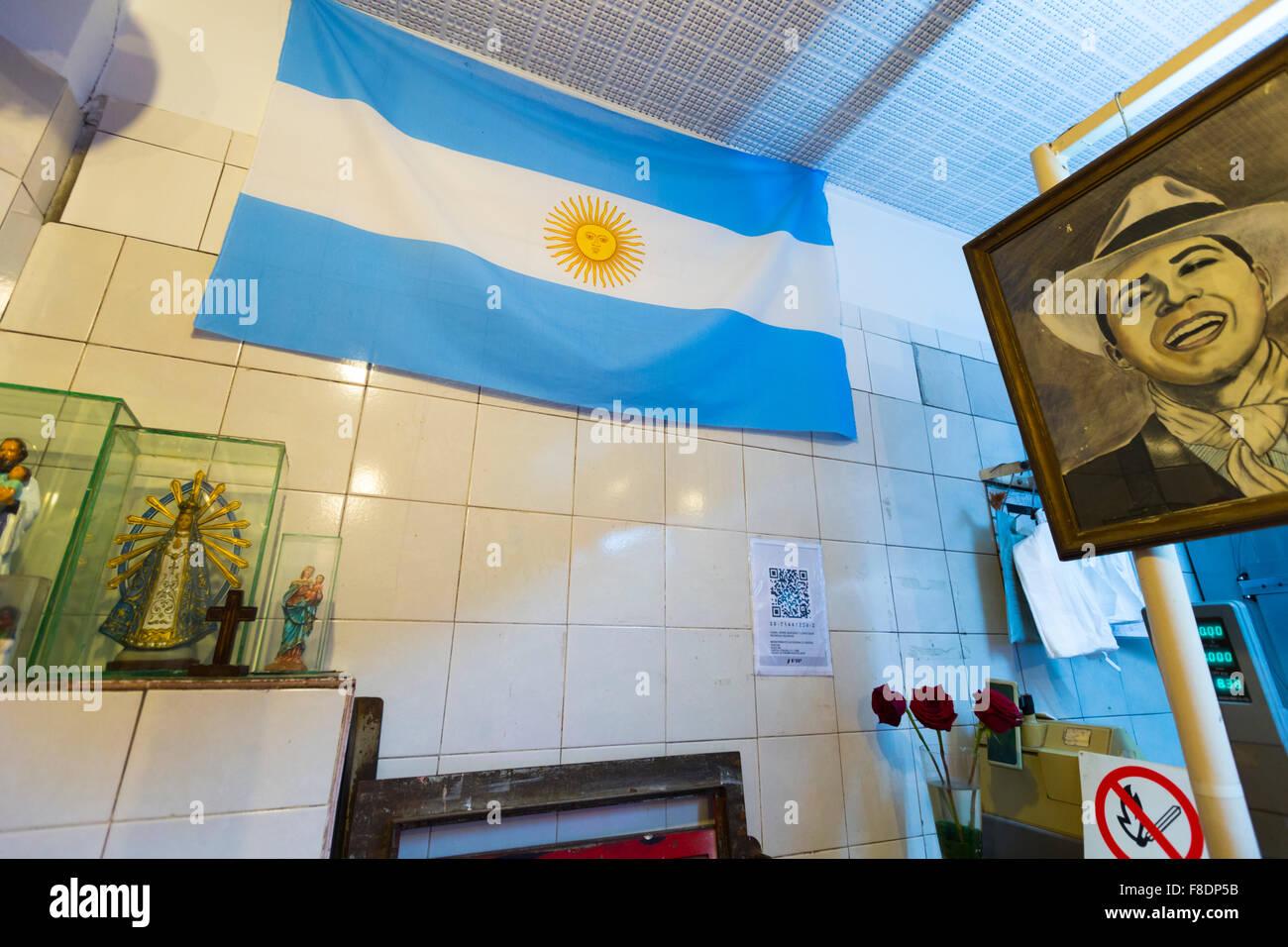 Metzgerei in Buenos Aires mit einem Bild des Tango-Sänger Carlos Gardel Stockbild