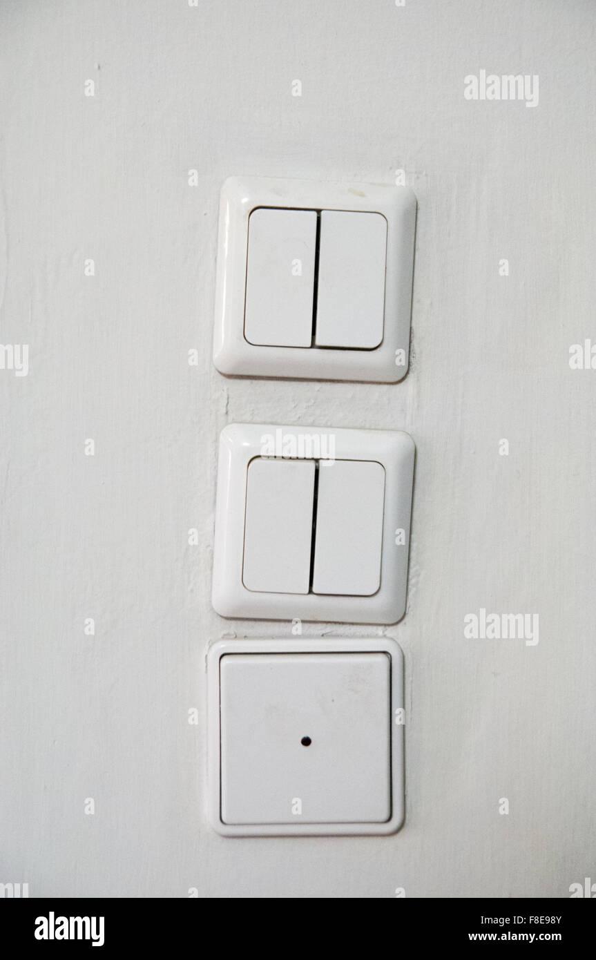 drei Lichtschalter an der Wand Stockfoto, Bild: 91283723 - Alamy