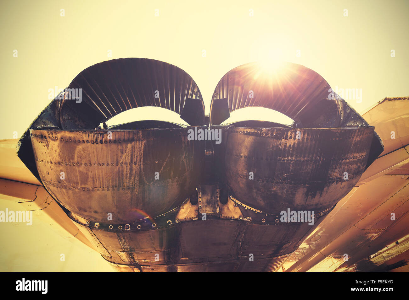 Retro-getönten Jet Auspuffrohre gegen Sonne. Stockbild