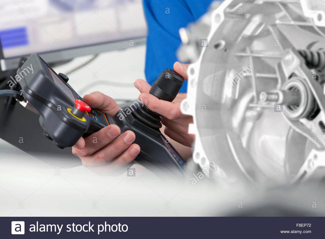 Nahaufnahme eines Ingenieurs mit Joystick Steuerung Sonde Scannen Motorblock Stockbild