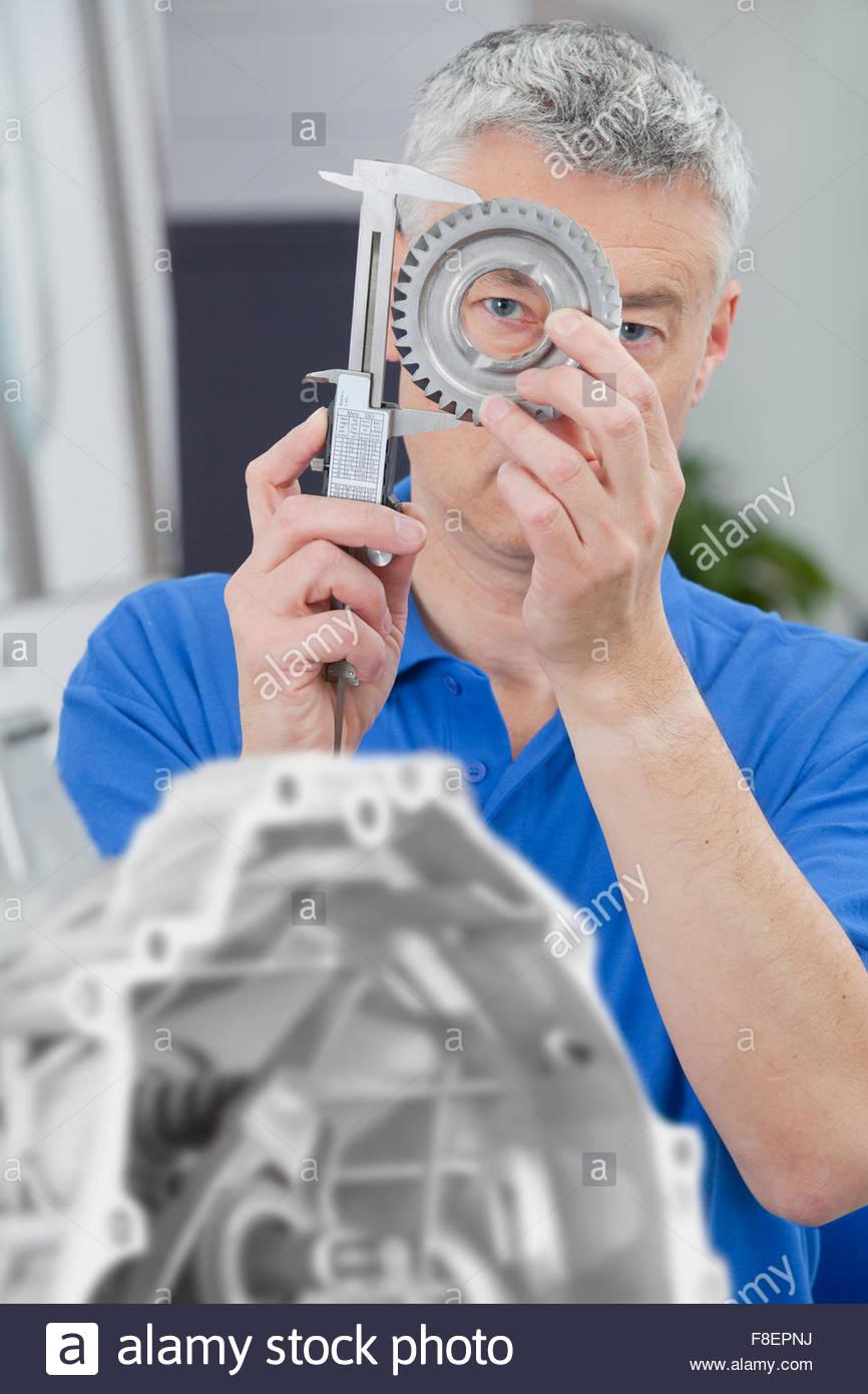 Techniker messen Zahnrad mit Vernier Bremssattel Stockfoto